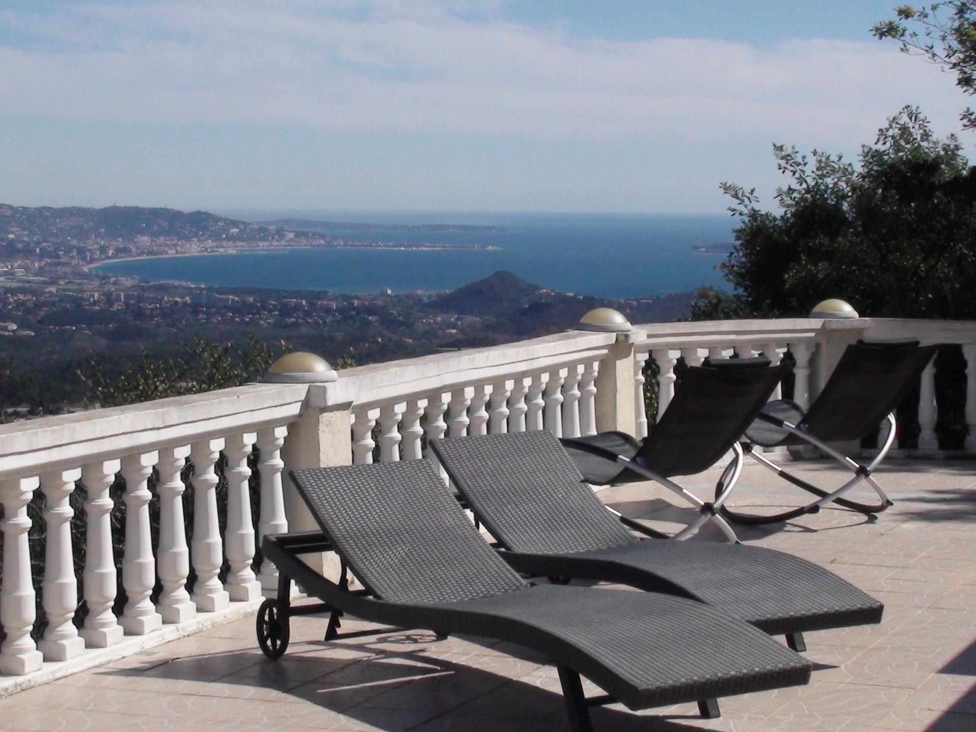 Vue panoramique 180° de la terrasse piscine, baie de Cannes et montagnes