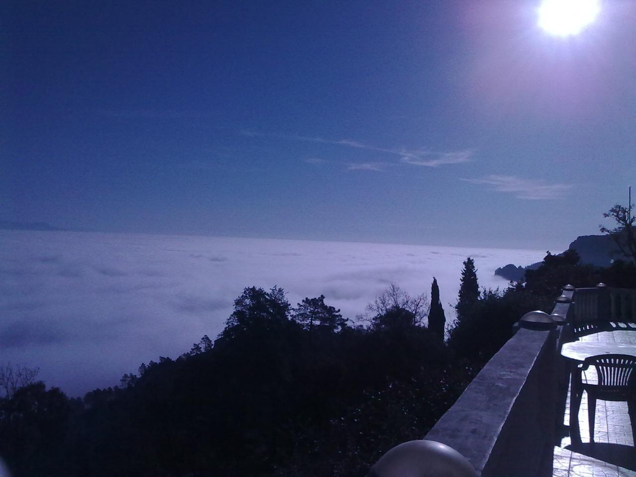 moment magique au dessus des nuages sur terrasse